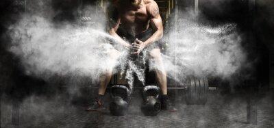 Adesivo Allenamento muscolare dell'uomo con kettlebell in palestra