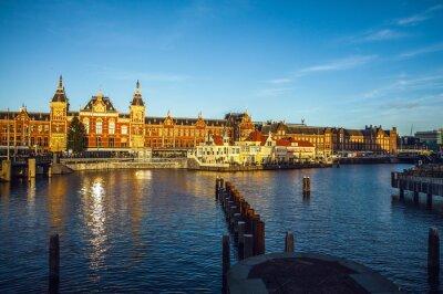 Adesivo AMSTERDAM, Paesi Bassi - 15 Gennaio 2016: edifici famosi di Amsterdam centro di primo piano al tramonto tempo. In generale vista del paesaggio. Amsterdam - Paesi Bassi.