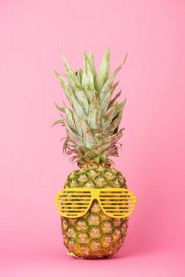 Adesivo ananas divertente e gustoso in occhiali da sole su sfondo rosa