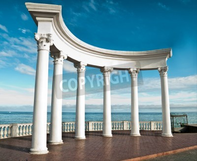 Adesivo Ancient Greek columns against a blue sky and sea