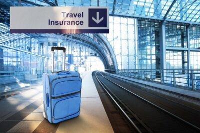 Adesivo Assicurazione di viaggio. Valigia blu alla stazione ferroviaria