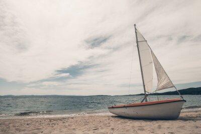 Adesivo Barca a vela sul spiaggia tropicale con sfondo blu acqua
