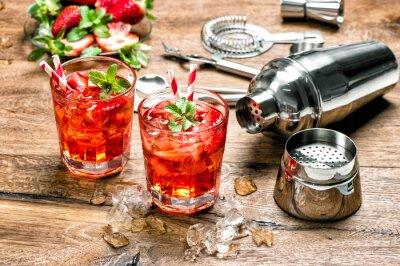 Adesivo Bevanda rossa con ghiaccio. gli attrezzi della barra per la preparazione di cocktail
