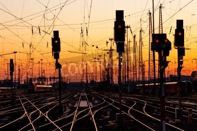 Adesivo Binari in una stazione ferroviaria importante al tramonto.
