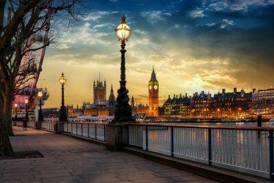 Adesivo Blick über die Themse auf den Big Ben Turm und den Westminster Palast a Londra bei Sonnenuntergang. Großbritannien