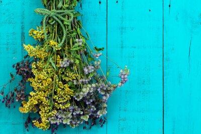 Adesivo Bouquet di fiori secchi appesi su antichi rustico verde acqua blu sfondo di legno
