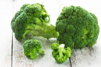 Adesivo Broccoli su uno sfondo bianco di legno