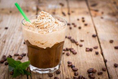 Adesivo Caffè di ghiaccio con panna montata in un bicchiere sul tavolo in legno