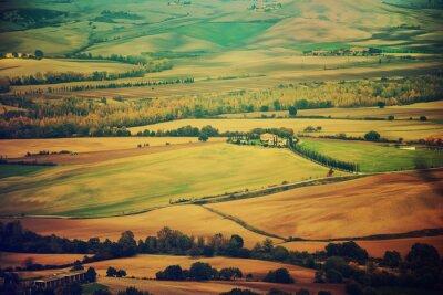 Adesivo campi ondulati in Toscana al tramonto, Italia. Natural all'aperto annata primavera sfondo stagionale.