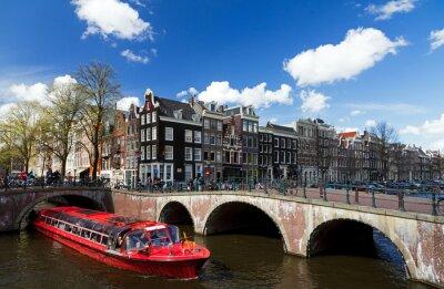 Adesivo Canale di Amsterdam intersezione con la barca da crociera rosso in estate con un cielo blu