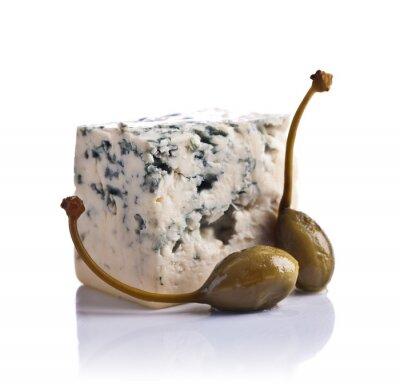 Adesivo capperi in scatola e formaggio blu su sfondo bianco