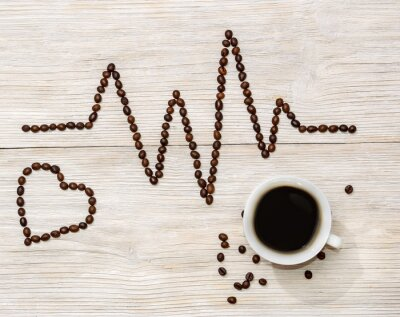 Adesivo cardiogramma e il cuore disposti chicchi di caffè con una tazza di caffè