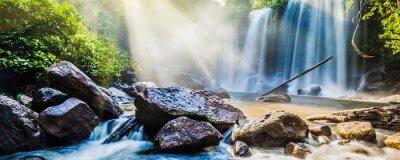 Adesivo Cascata tropicale in giungla con raggi di sole