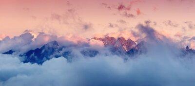 Adesivo catena montuosa alta tra le nuvole durante l'alba. Bella panoramica del paesaggio