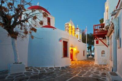 Adesivo chiesa bizantina in una strada della città di Mykonos sul primo mattino.