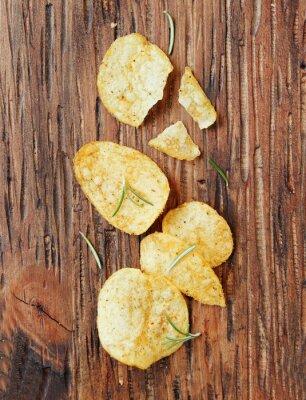 Adesivo Chip con sale e rosmarino sulla superficie di legno