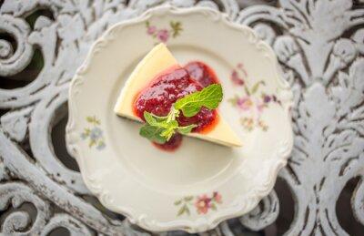 Adesivo Dessert - Cheesecake con salsa di bacche e verde menta, vista dall'alto