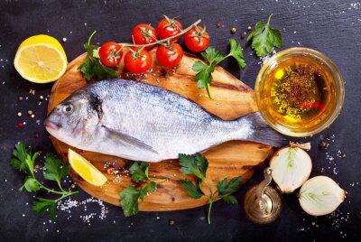 Adesivo dorado pesce fresco con verdure