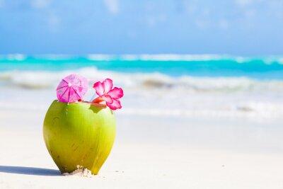 Adesivo Due cocktail cocco fresco sulla spiaggia tropicale con fiore
