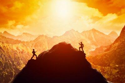 Adesivo Due uomini che corrono corsa alla cima della montagna. Concorso, i rivali, sfida