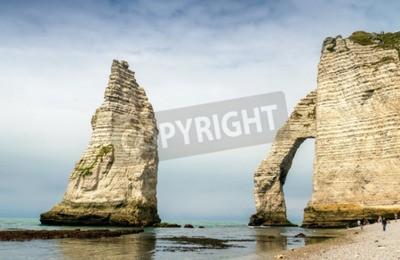 Adesivo Famose scogliere naturali in Etretat. Etretat è un comune francese situato nel dipartimento della Senna Marittima nella regione dell'Alta Normandia. Etretat è oggi una rinomata località balneare franc