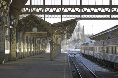 Adesivo Ferrovia piattaforma della stazione con un orologio appeso e