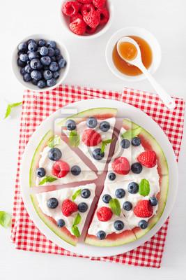 Adesivo fette di pizza anguria con yogurt e frutti di bosco, dessert estivo