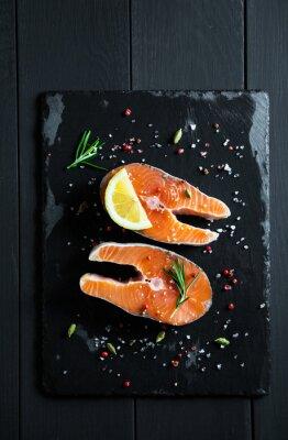 Adesivo fette di salmone fresco con limone e spezie