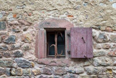 Adesivo -finestra con le vecchie persiane in legno medievali chiusi nel