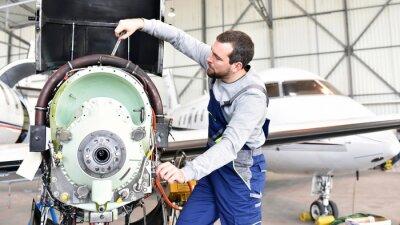 Adesivo Fluggerätemechaniker repariert Triebwerk von Flugzeug im Hangar motore // riparazioni degli operai dal velivolo nell'hangar