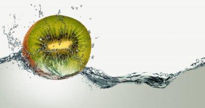 Adesivo Frutta matura di kiwi e le scintille di acqua.
