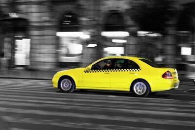 Adesivo giallo taxi si muove sulla strada della città di notte