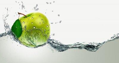 Adesivo Green Apple amid splashing water.