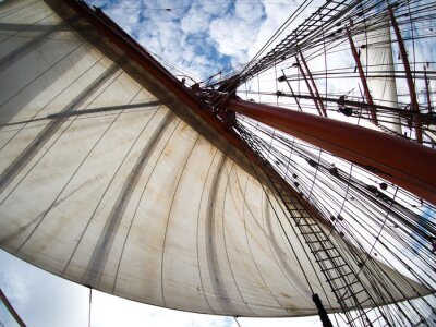 Adesivo guardando le vele su una tallship