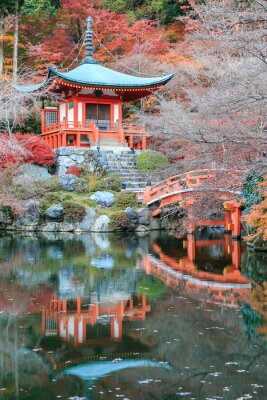 Adesivo Il cambiamento di colore congedo di rosso nel tempio Giappone.