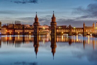 Adesivo Il fiume Sprea e il Oberbaumbruecke a Berlino all'alba