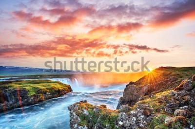 Adesivo Il pittoresco tramonto su paesaggi e cascate. Kirkjufell mountain, Islanda