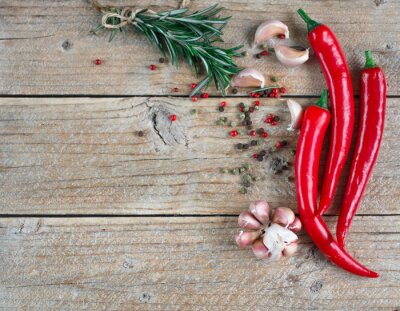 Adesivo Ingredienti della cucina mediterranea - aglio, pepe, rosmarino e spezie sul vecchio tavolo di legno, vista dall'alto, copia spazio