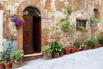 Adesivo Le strade acciottolate delle pareti decorate con fiori colorati, Toscana, Italia