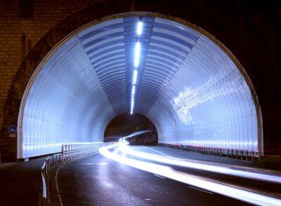 Adesivo luci auto in un tunnel, città di notte.