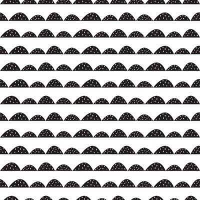 Adesivo modello in bianco e nero senza soluzione scandinavo in stile disegnato a mano. filari di collina stilizzati. Motivo a onde semplice per il tessuto, tessile e biancheria per neonati.