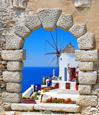 Adesivo Mulino a vento attraverso una vecchia finestra nell'isola di Santorini, in Grecia