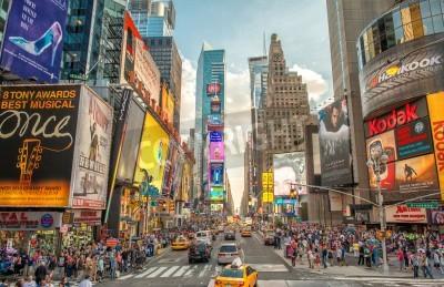 Adesivo NEW YORK CITY - 12 giugno 2013: Vista di notte delle luci di Times Square. Times Square è un incrocio turistica molto frequentata d'arte neon e del commercio ed è una strada iconico di New York City.