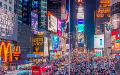 Adesivo NEW YORK CITY - 8 Giugno 2013: Turisti in Times Square di notte. Più di 50 milioni di persone visitano ogni anno a New York.