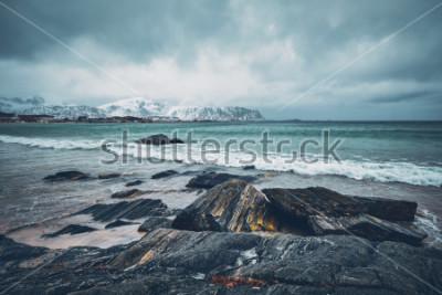 Adesivo Onde del mare norvegese sulla spiaggia rocciosa del fiordo. Spiaggia di Ramberg, isole Lofoten, Norvegia