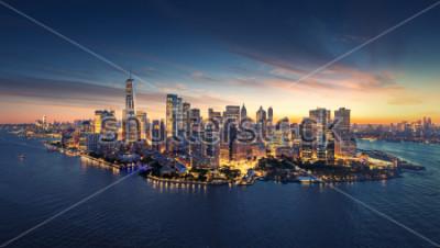 Adesivo Orizzonte di panorama di New York ad alba. Edifici per uffici di Manhattan / skysrcapers al mattino. Colpo panoramatico di New York City.
