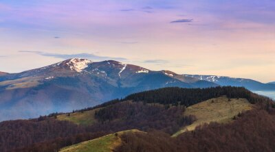 Adesivo paesaggio montano panoramico in primavera.