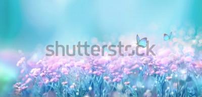 Adesivo Paesaggio naturale della molla floreale con i fiori lilla rosa selvaggi sul prato e le farfalle svolazzanti sul fondo del cielo blu. Immagine artistica da sogno aria gentile. Soft focus, elaborazione