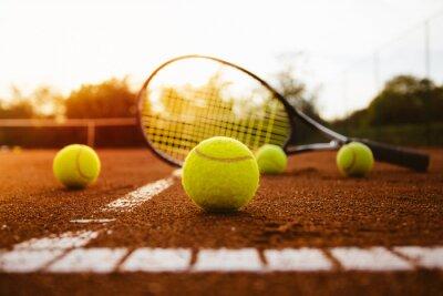 Adesivo Palle da tennis con la racchetta sul campo in terra battuta