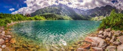 Adesivo Panorama del lago tra le montagne Tatra al sorgere del sole